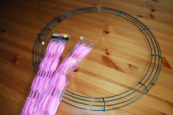 how to make a decomesh wreath with pipecleaners
