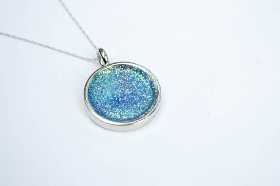 How to make an easy necklace with glitter and mod podge
