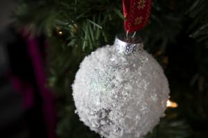 Snowball Christmas Ornament – Easy DIY Christmas Ornament