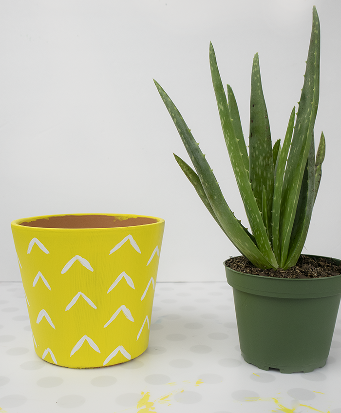 how to paint a clay pot to look like a pineapple